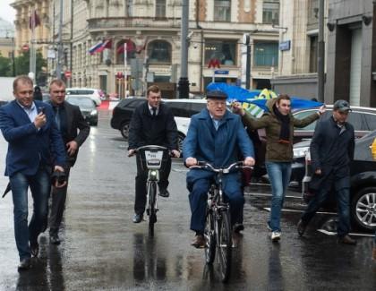 Депутаты ЛДПР прибыли на работу в Думу на велосипедах и роликах