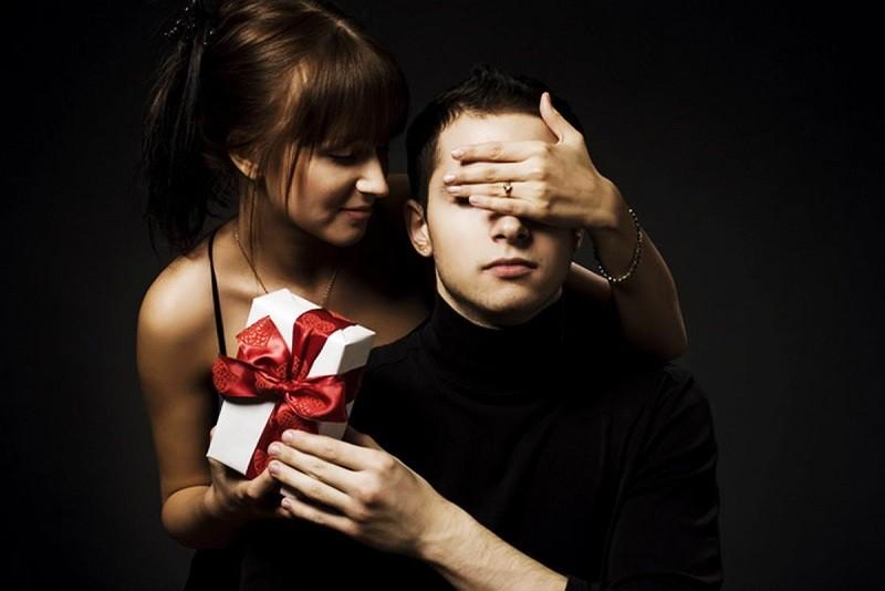 Может ли девушка делать подарки мужчине
