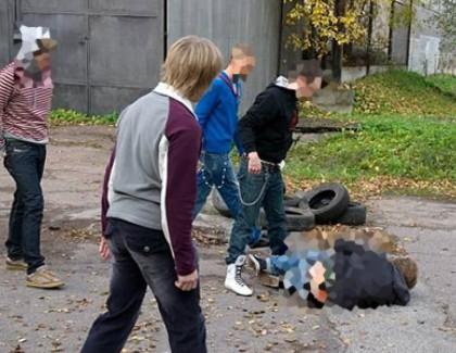 Четверо подростков насиловали мальчика и снимали преступление на видео