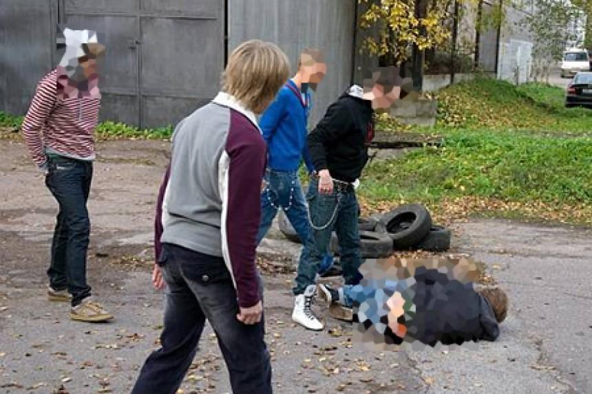 volosataya-zhenshina-devushka-i-chetvero-parney-video-zhenshine